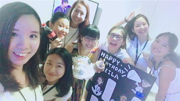 台灣的同事每年都會同Sheila(中間捧蛋糕)慶生。