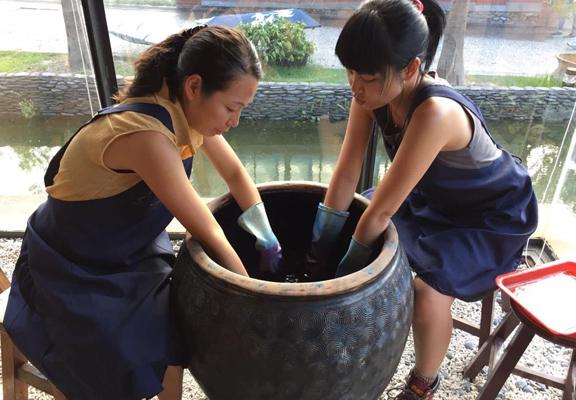 香港朋友來台旅遊時順道探望Sheila,她們結伴去宜蘭體驗藍染。