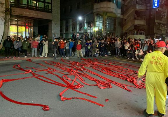 台灣有不少節慶活動傳統又有特色,如相中的內湖元宵節夜弄土地公,爆竹連爆數小時,Sheila每年都去湊熱鬧。