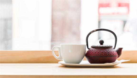 簡單把家中窗枱清空雜物,擺放特色茶具,在家中劃出一個休閒小區,家居氣氛截然不同。