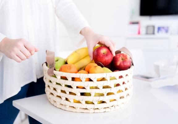 水果色彩繽紛,用一個特色盤子盛載水果,放在家居當眼位置,即能為家添上色彩,帶來朝氣。