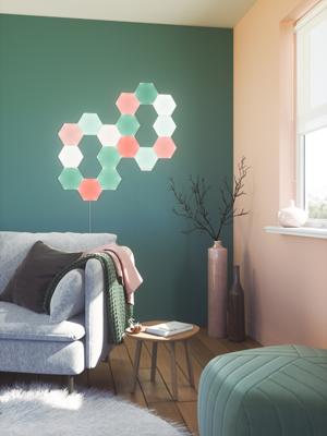 燈具由多塊六角燈板組合而成,用家可隨心意及創意將燈板拼出不同圖案。