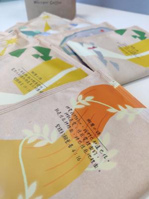 包裝上有「微聲小語」,內容以鼓勵、安慰、提醒等為題材,發放正能量。