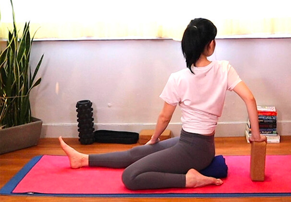 半英雄式扭動Hero Pose (Virasana)