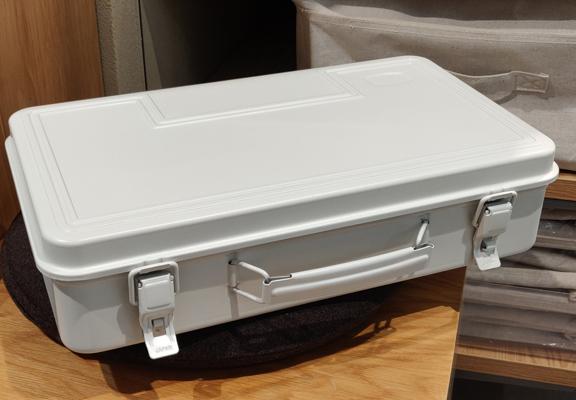 白色的鋼質工具箱,比傳統的增添一份柔和感,能配襯現代家居設計。
