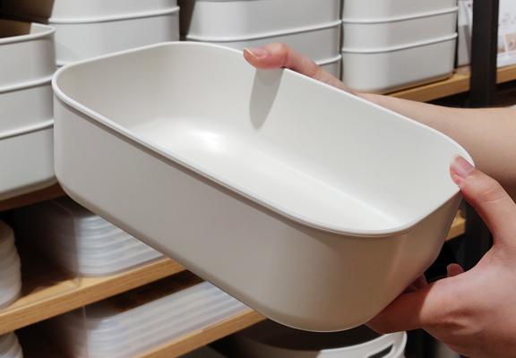 用PE儲物盒擺放雜物小件,如文具、配件等,不用雜物堆滿枱面或抽屜,使家居觀感更見整齊。