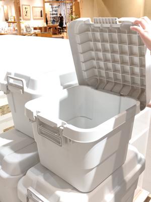 PP密封儲物箱不但材質堅硬,而且蓋頂經特別設計,箱子當凳坐都可以,一物二用。
