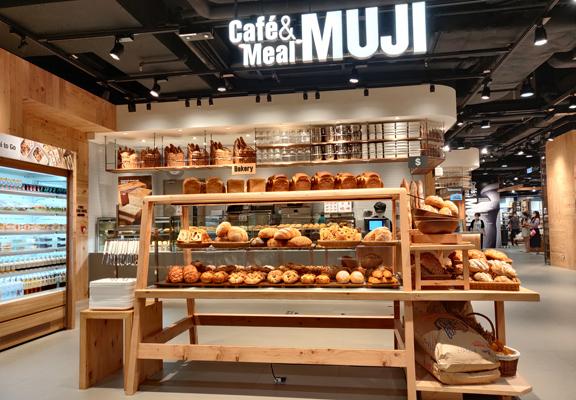 新店內的Café&Meal MUJI提供新鮮烘焙麵包、手沖咖啡等。