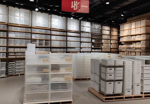 新店的收納用品區面積廣,陳列貨品更多。