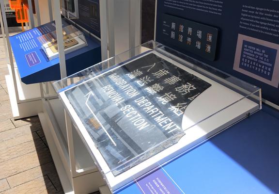 標牌上的材質,使用的語言、文字等,都反映時代和文化變遷。