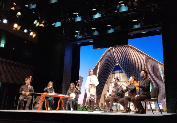 演員以南音演唱由羅家英為戲曲中心開幕而創作的曲目。