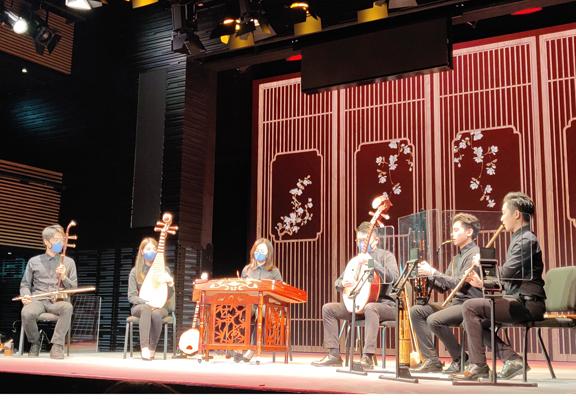 樂師們演奏了耳熟能詳的著名曲目:《鸞鳳和鳴》、《紅燭淚》及《娛樂昇平》。