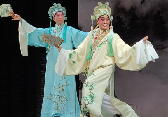 劇目〈十八相送〉家傳戶曉,兩位年輕演員傾力演出,既展現傳統,又有個人神韻,非常精采。