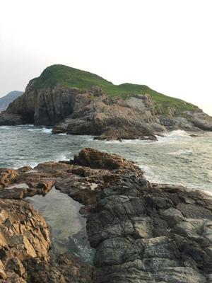 走到海岸邊盡處,可遙望對面的狗髀洲。