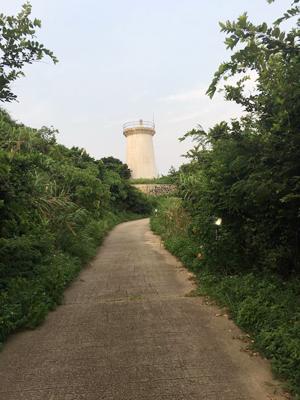 白色燈塔,見證歷史,現今成為打卡的背景。