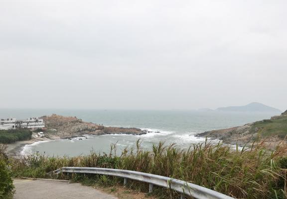 向下走,沿路海風吹送,非常舒服。