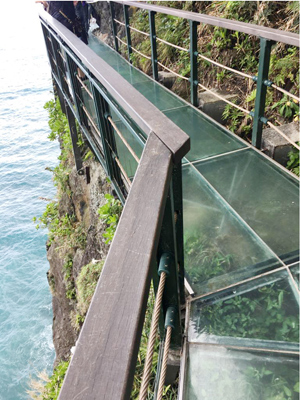 雖說天空步道是新建造的,後半段才是全新的,把鋼架及強化玻璃建成棧道,並用垂直懸空的方式架在懸崖上。