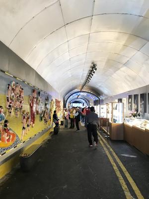 隧道內牆壁經粉飾,令人感覺像走進特色市集。