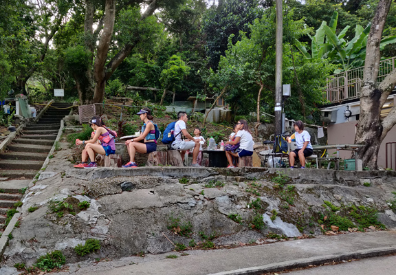 買了豆腐花後,可到店外對開的小斜坡樹下找個位子坐下,乘著涼慢慢歎。