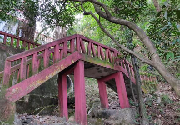獅子亭下座的石梯架在林中溪間上,可能經年欠修葺打理,長滿青苔,走過時要小心。
