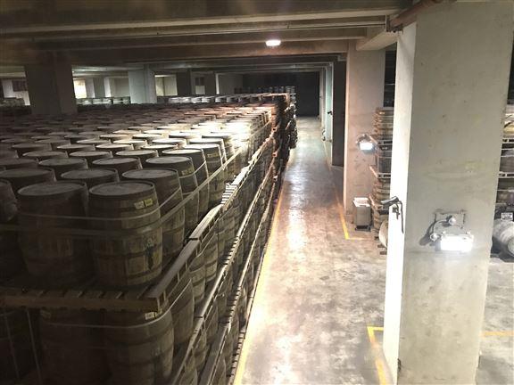 完成蒸餾過程的威士忌,便會注入酒桶,存放在酒窖裡陳年。