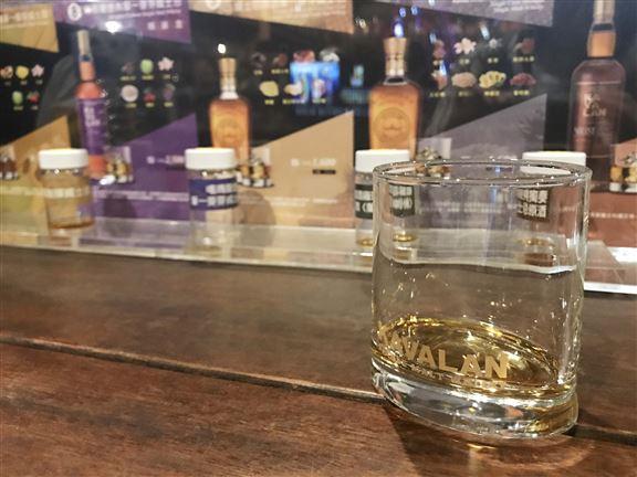 枱面上放有不同種類威士忌的酒樣品,雖然不能味嚐,但可以聞一聞,看看自己喜歡或接受那一款的酒香。