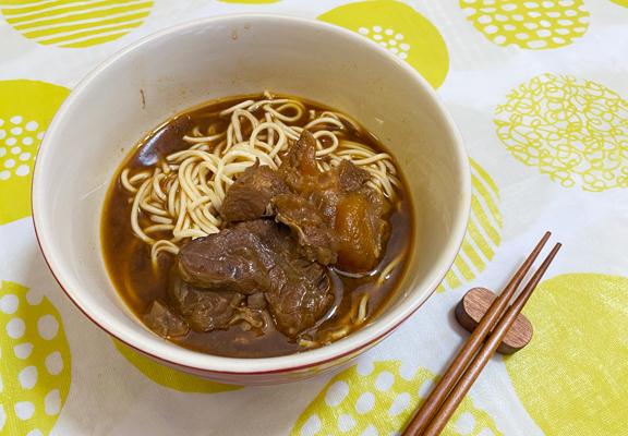 只要把料理包加熱5分鐘及用熱水煮熟麵條,一碗台式牛肉麵便完成了。