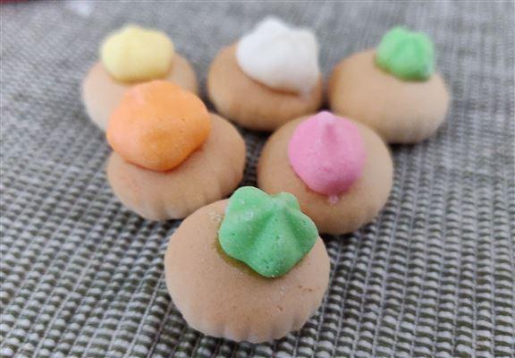 小朋食花占餅,多數先食上面的糖霜。