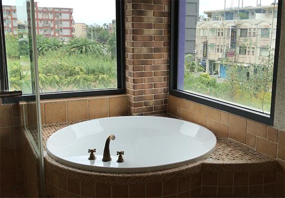 浴室又是另一個驚喜,浴池很大,玩了整天後,可以泡在水裡放鬆一下。