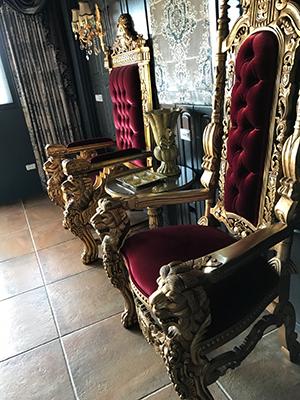 老闆特別從外國訂來的國王和王后的寶座,坐上去打卡過足癮吧。