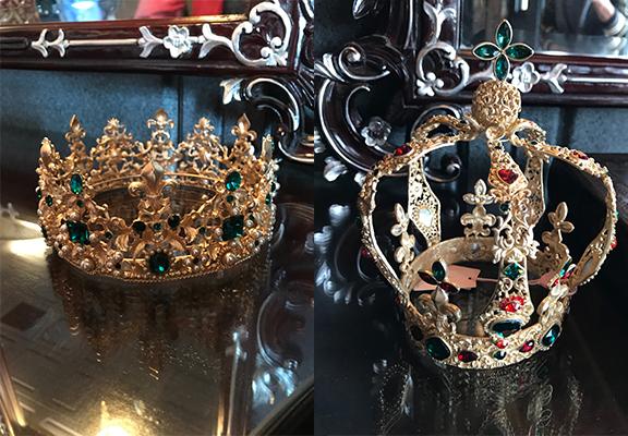 王冠和后冠都準備好,老闆很細心。
