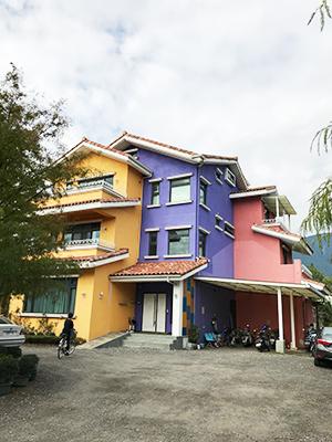 民宿外牆漆上繽紛色彩,帶有異國風情。