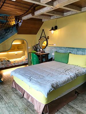 房子設閣樓,可住上4至5人。雙人床旁那張小小的床,是小朋友最愛鑽進去的秘密基地。