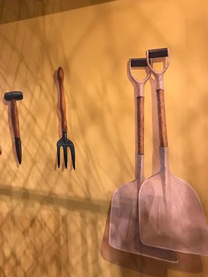 看真一點!牆上掛著的工具不是真實物件,是3D立體畫來的。