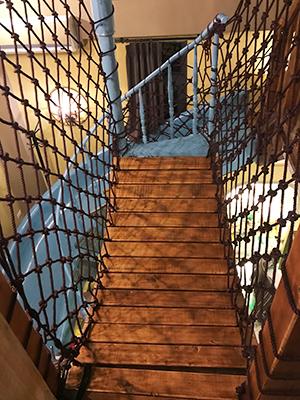 樓梯加設防護網,小朋友上落閣樓很安全。