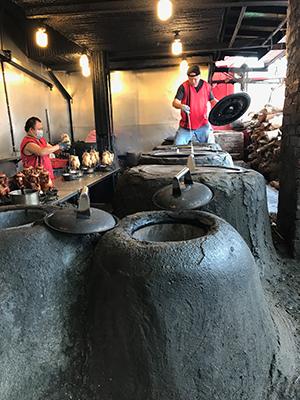 甕窯是店家自家研發的,用上種以上土質手工打造。