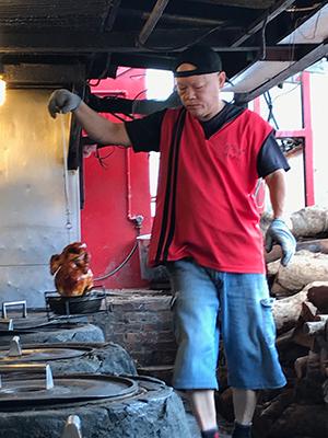 烤雞需時約40分鐘,師傅們全程在控制火喉,確保雞烤得剛好不過火。