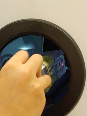 機器透過掃描條碼分辨塑膠種類。