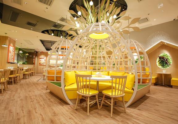 餐廳以「農場」為概念,室內裝修花心思融入「農場」特色如小型籬笆、巨型雞蛋馬蹄座、小屋卡座、雞蛋形狀共享餐枱和蛋殻造型吊燈等。