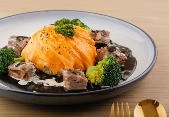 燉牛肉黑咖喱蛋包飯