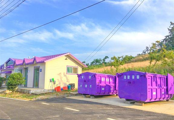 島上不少公共設施都油上紫色。