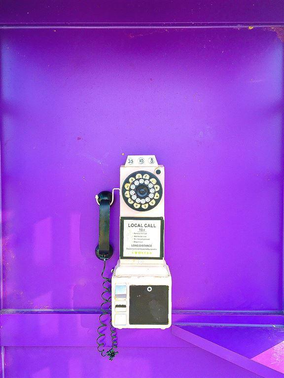 呢間咖啡店咁出名,其中一個原因係旁邊有個紫色電話亭,好多人專程去打卡。