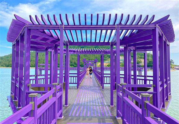 藍色的天和紫色的橋,令人有如置身童話世界!