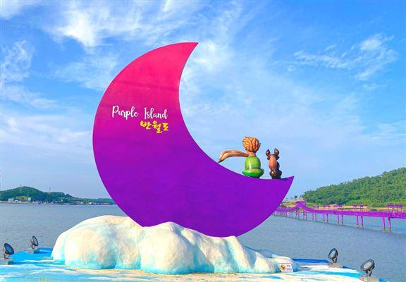 出入口放著代表兩島形狀的模型,葫蘆代表朴只島,而坐在半月上的小王子模型則代表半月島。