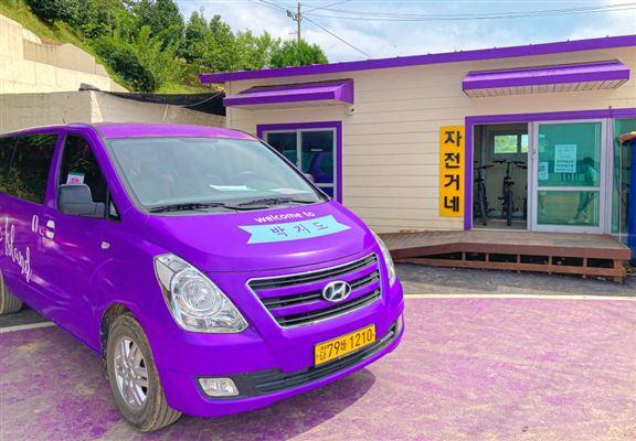 島上提供收費「紫色鄉村巴士」給遊人乘搭,甚至可租借單車來環島觀光。