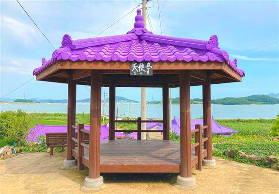 半月島上處處可見紫色建築物,地標之一嘅「天使亭」屋頂亦係紫色。紫色嘅涼亭好少有,難怪個個嚟到要打卡。