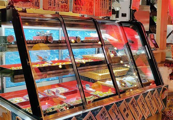 新店嘅壽司部設自選壽司配搭,每日提供十多款壽司供選擇。