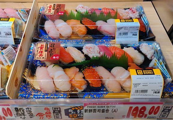 好多人鍾意去DONKI買抵食又新鮮嘅壽司拼盤。
