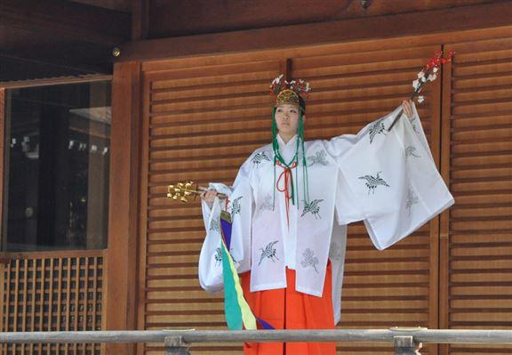 賞梅期間,城南宮會有巫女在垂梅下表演神樂舞,稱之為「梅枝神樂」。