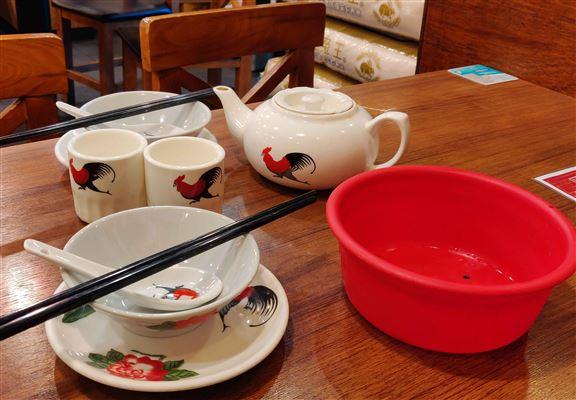 碗碟用上印有公雞嘅款式,仲有個紅色膠水兜俾你洗杯碗,貫徹舊式茶室嘅獨有風味。